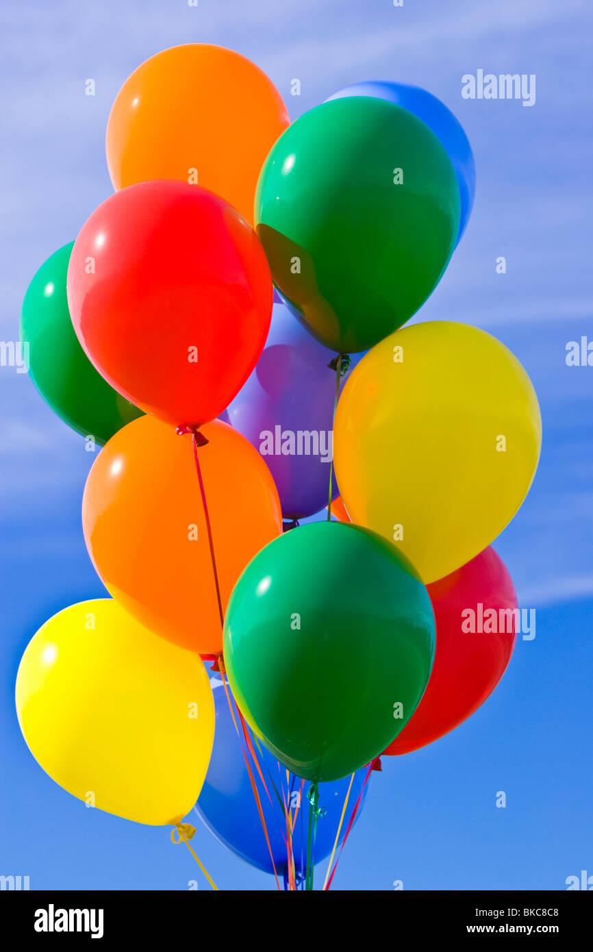 Globos de colores contra un cielo azul Imagen De Stock