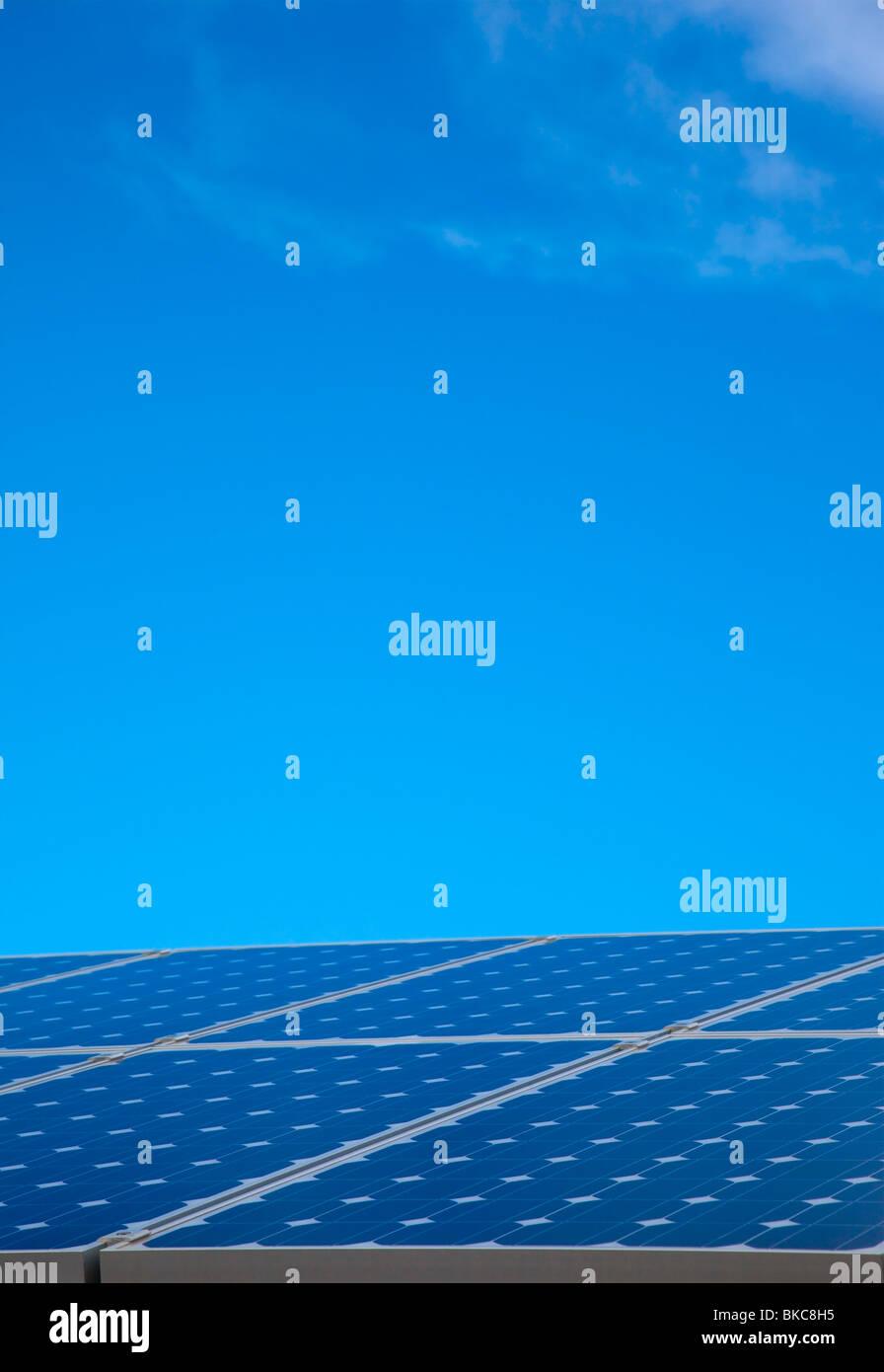 Panel solar contra el cielo azul Imagen De Stock