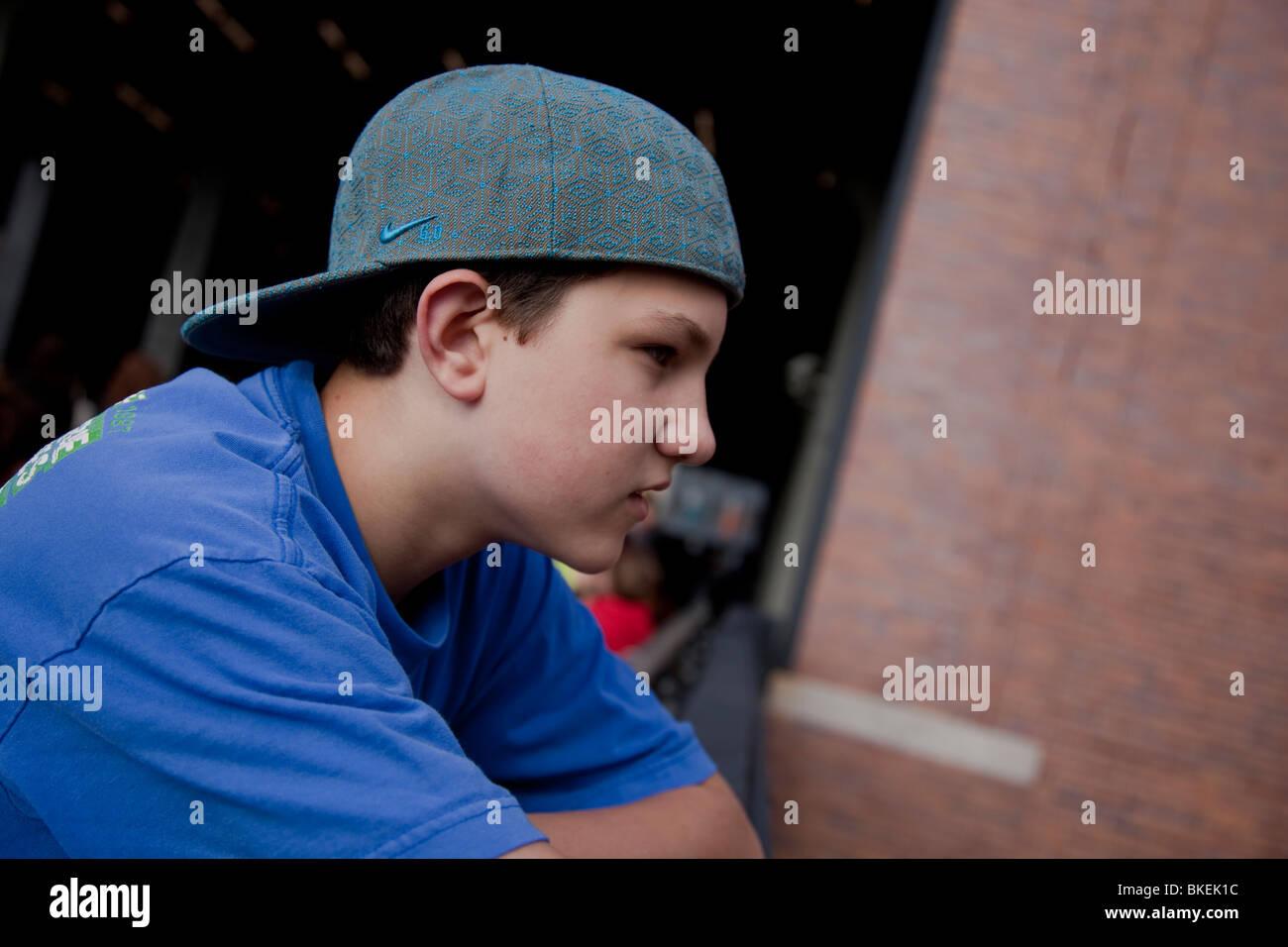 Retrato de niño de 13 años en el Highline Park, NYC Foto de stock