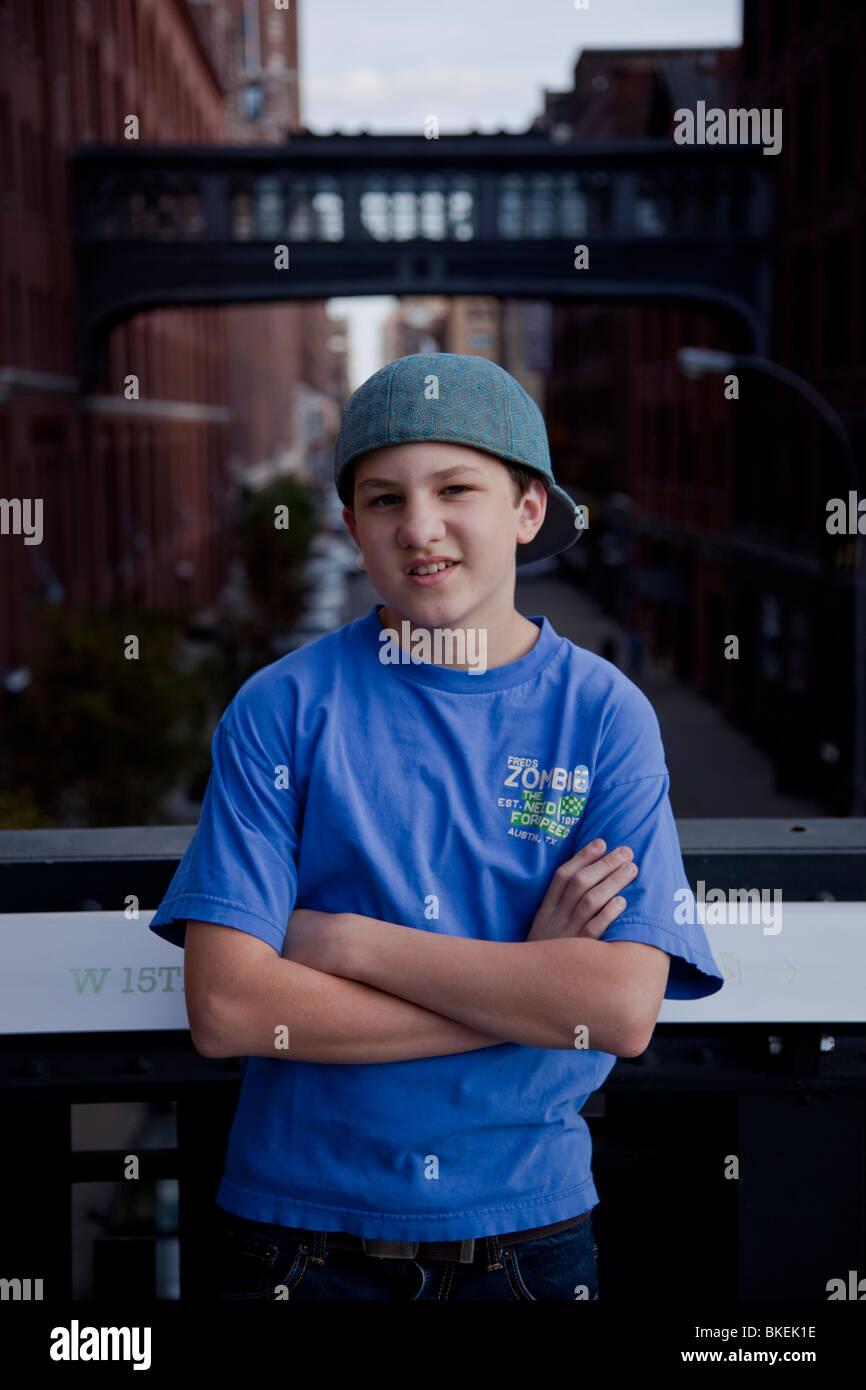 Retrato de niño de 13 años en el Highline Park, NYC Imagen De Stock