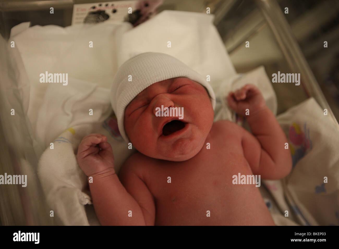 Un bebé recién nacido niña llora a su mamá en el hospital Martha Jefferson  de Charlottesville 33417c1d747