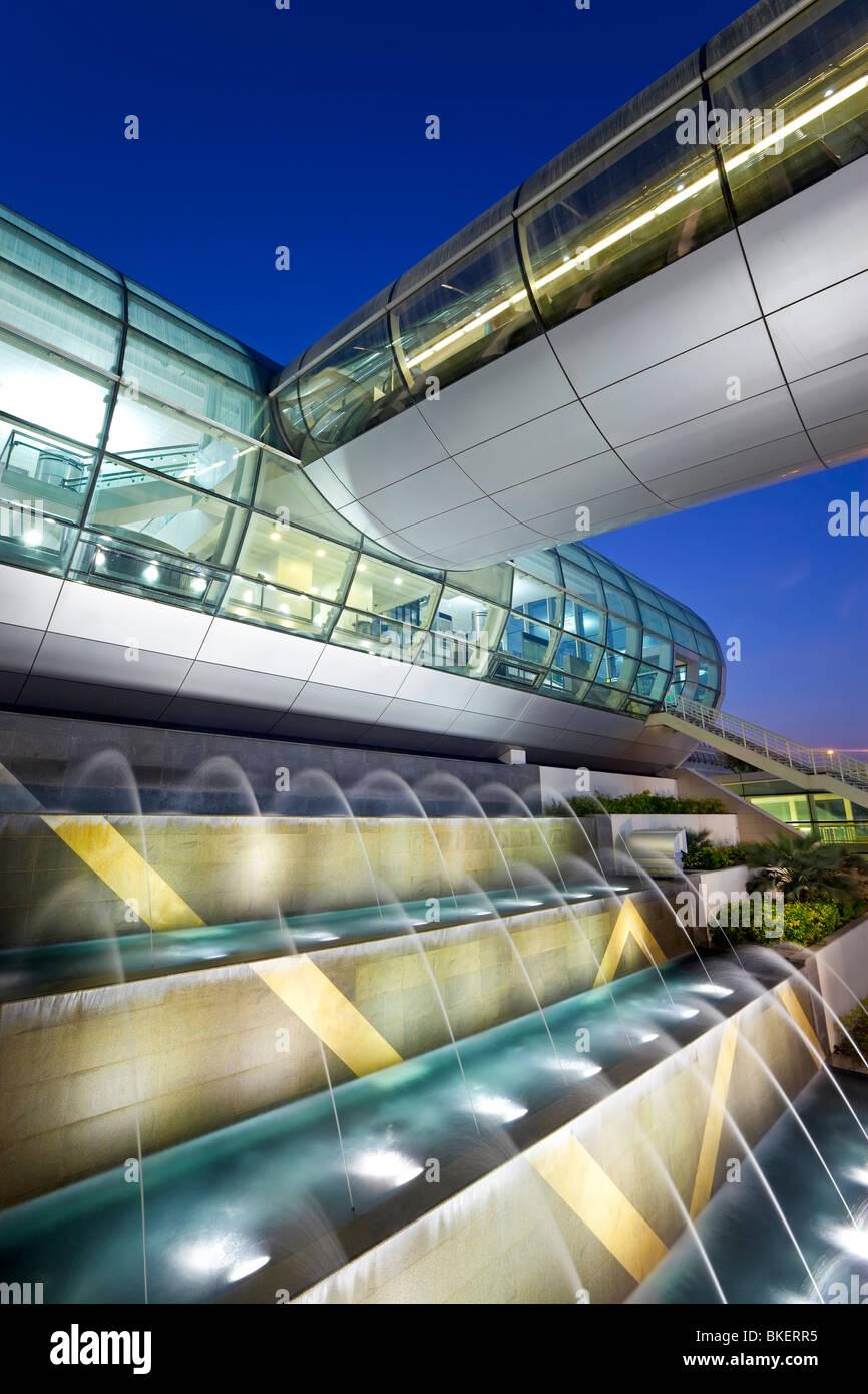 Arquitectura moderna y elegante del 2010 abrió la Terminal 3 del aeropuerto internacional de Dubai, Dubai, Imagen De Stock