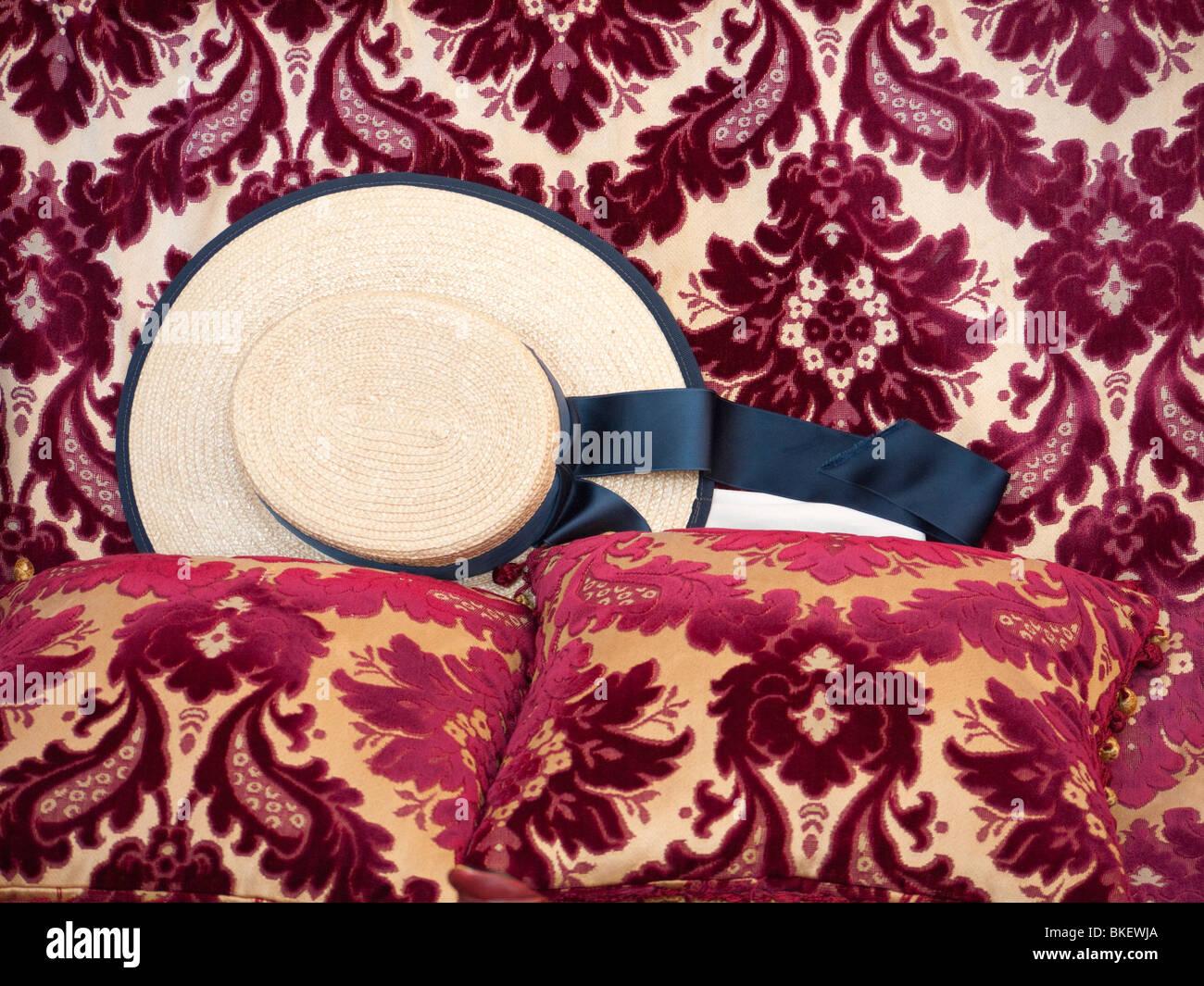 Detalle del tradicional sombrero de paja de gondolero en góndola en Venecia Italia Imagen De Stock