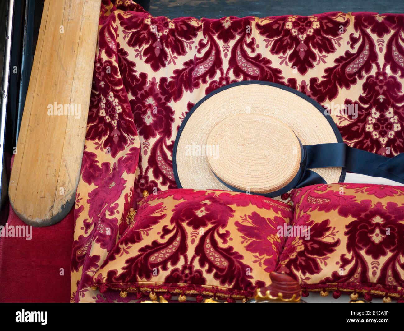 Detalle del tradicional sombrero de paja de gondolero en góndola en Venecia  Italia 4b86d5008eb