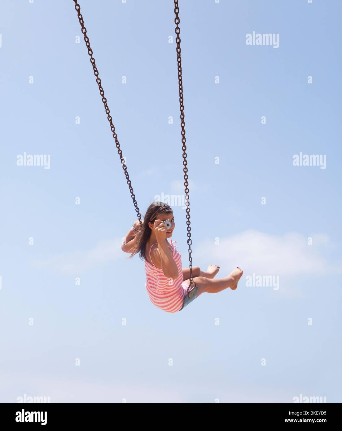 Chica tomar la foto desde el swing Imagen De Stock