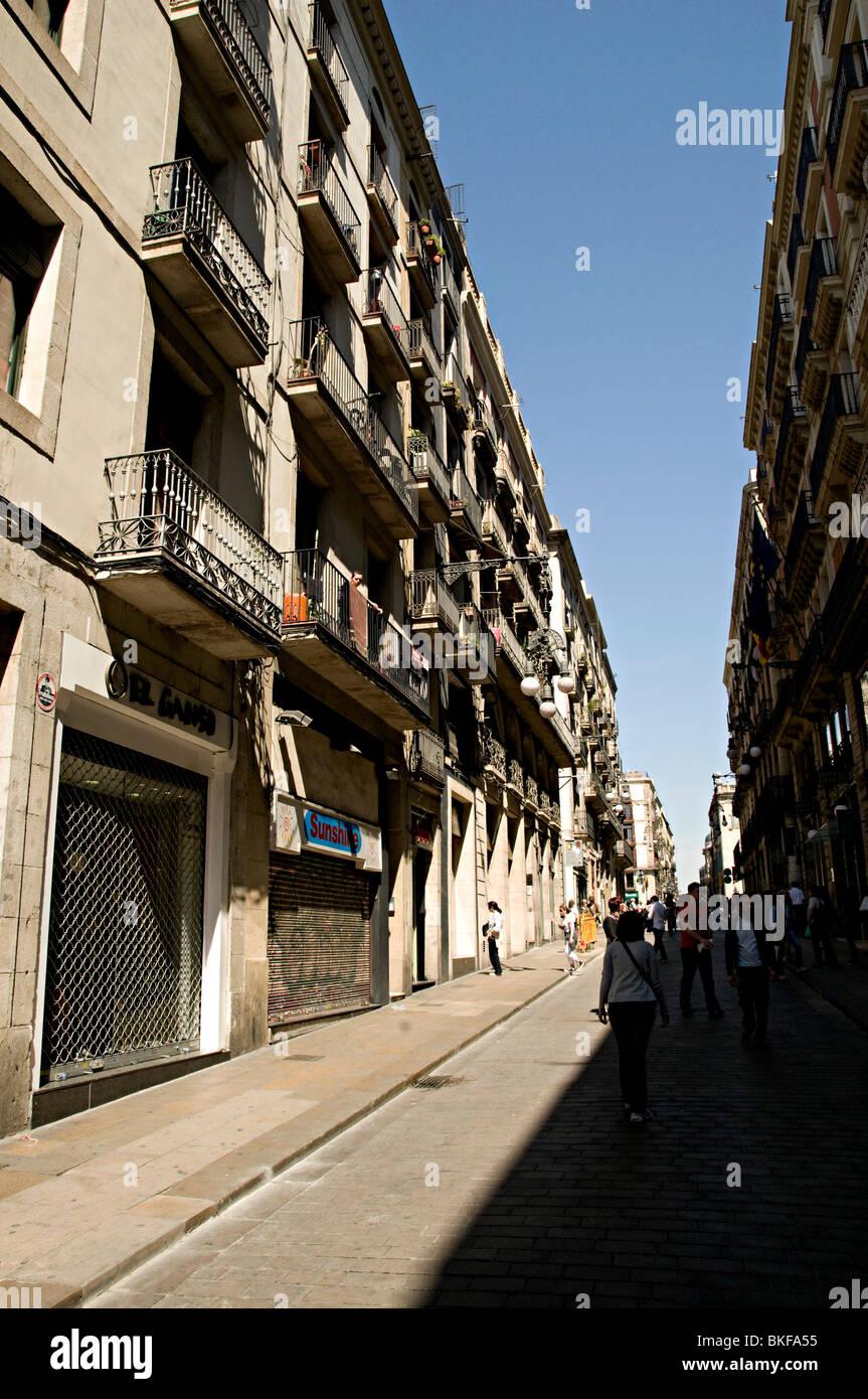 Balcones de los apartamentos en Barcelona España sobre tiendas Foto de stock