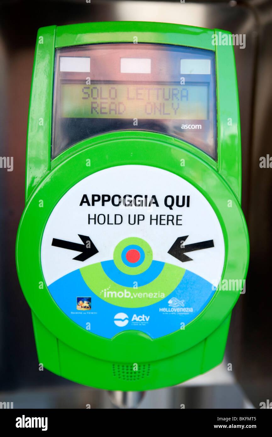 Máquina de billetes electrónicos utilizando RFID sin contacto de tarjeta magnética en la parada del Imagen De Stock