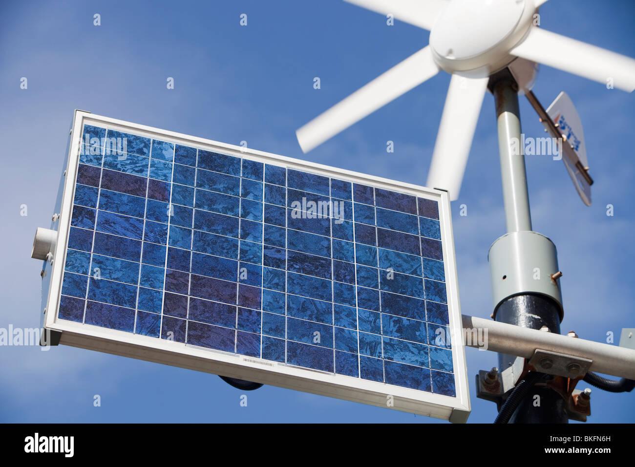La generación de energía renovable que se utiliza para alimentar señales de límite de velocidad iluminada en Barrow Foto de stock