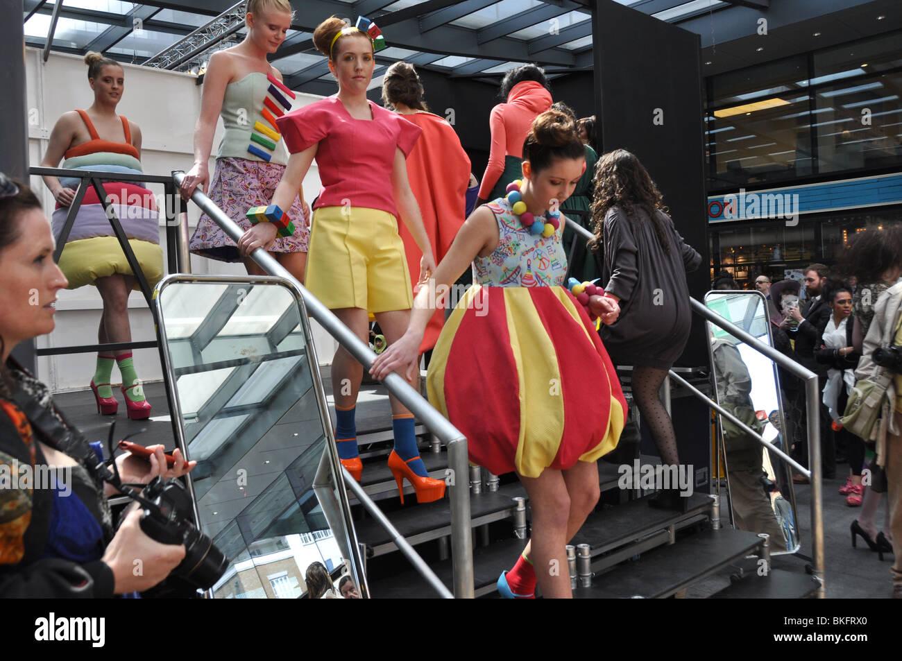 Modelos espere en Londres anual Week-Spitalfields moda alternativa. Inglaterra Imagen De Stock