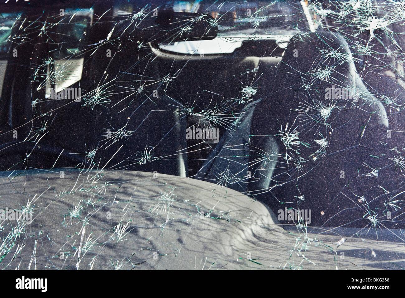 Parabrisas roto del coche de los daños causados por la tormenta de granizo Imagen De Stock