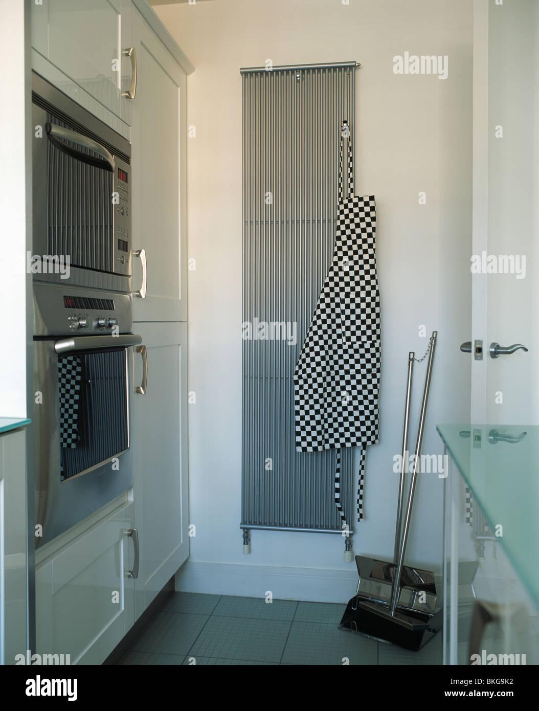 771418ce2ae6 Ennegrecido+blanco delantal marcada en gris acero inoxidable vertical del  radiador en la moderna cocina