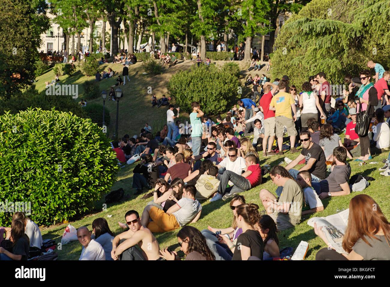 Gente Sentada En El Cesped Jardines De Las Vistillas Fiestas De