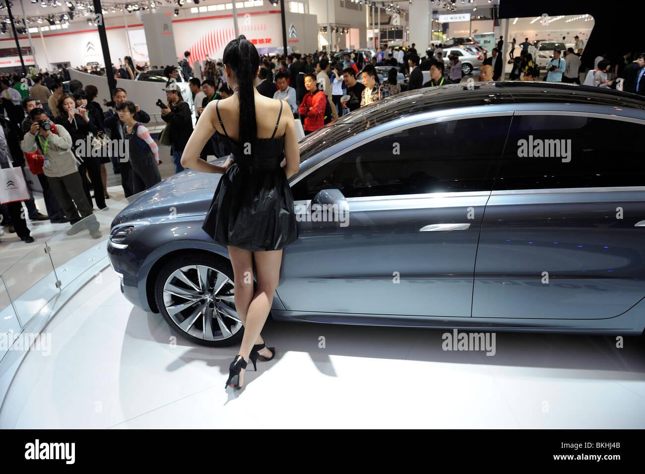 Un modelo supone un 5 por Peugeot concept en el Auto Show de Beijing. 24-Apr-2010 Imagen De Stock