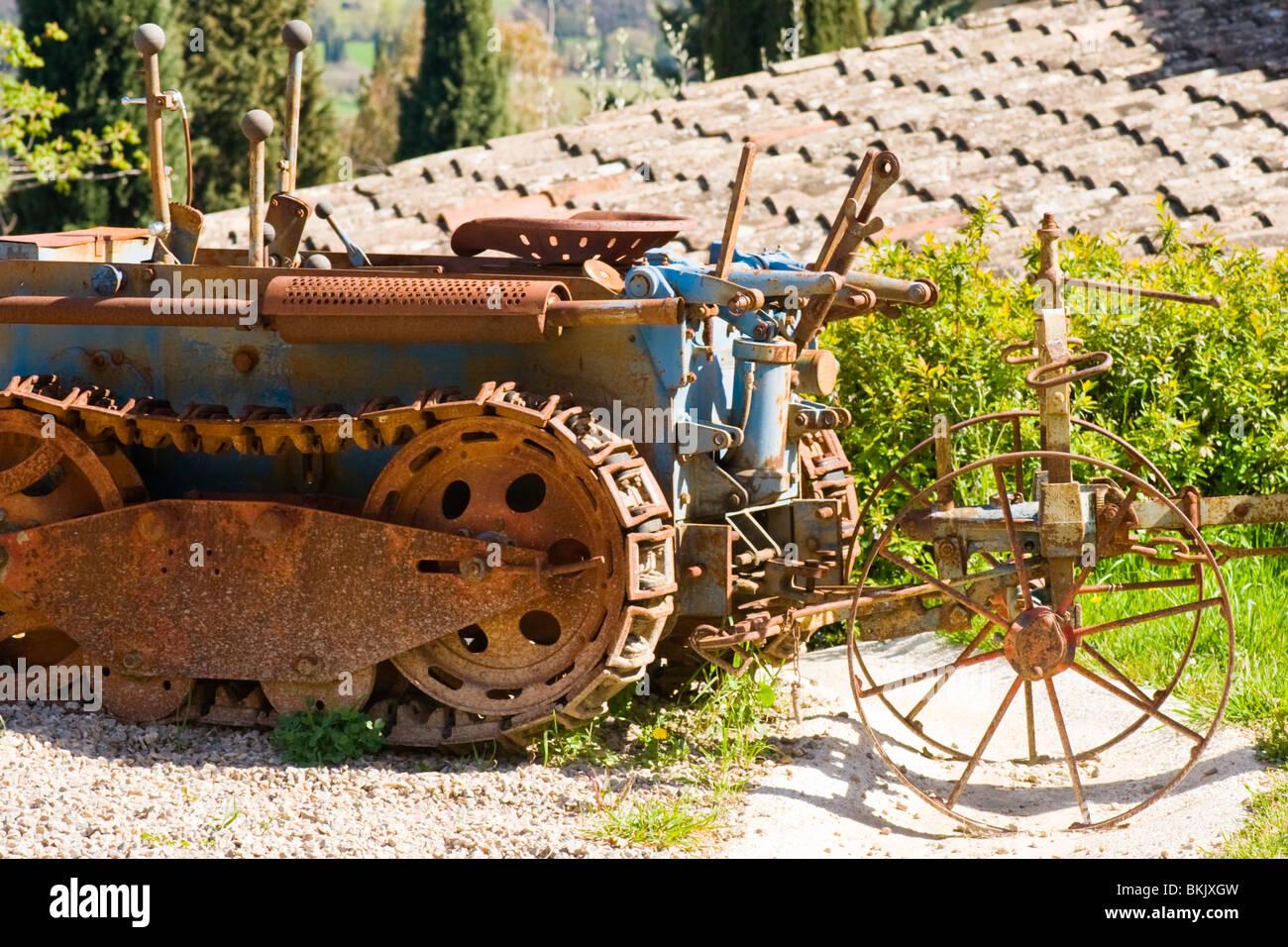 Fayence , oxidados oruga tractor y arado en Le Castellaras , restaurante del chef Alain Carro , cocina provenzal Imagen De Stock