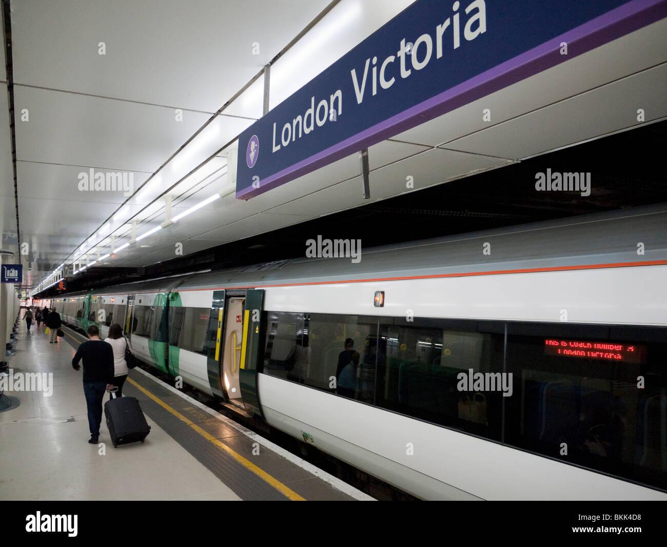 Un tren en un andén en la estación Victoria de Londres en Gran Bretaña Imagen De Stock