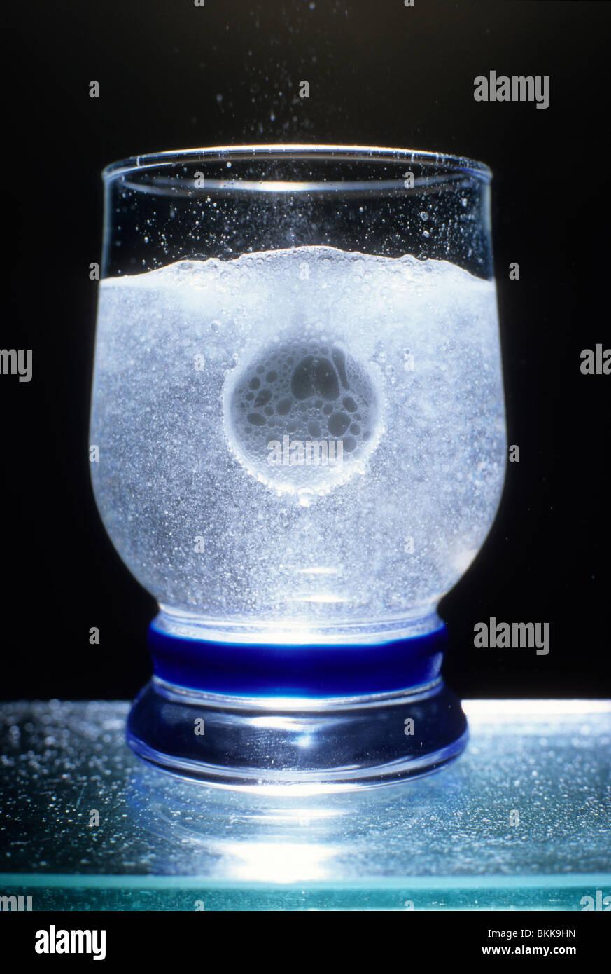 Tableta antiácida disolviéndose en el vaso de agua Imagen De Stock