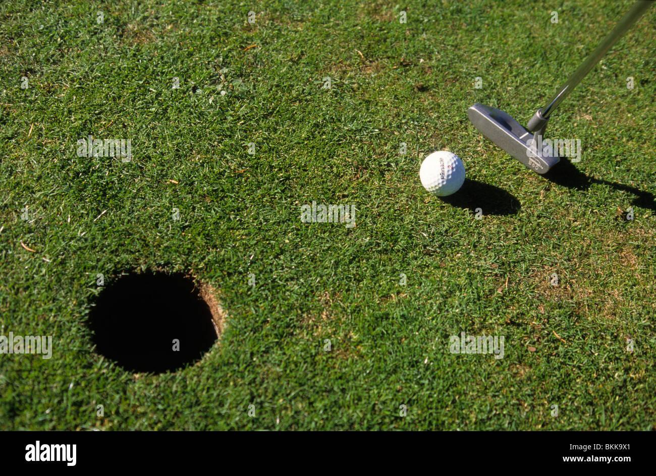 Persona jugando golf y poner una bola de cierre vista elevada Imagen De Stock
