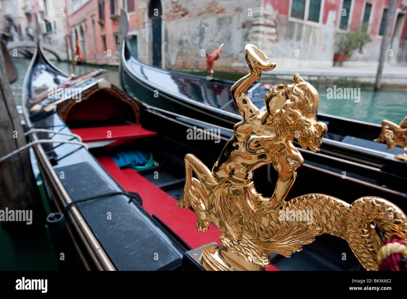 Cerca de la estatua de oro adornado en góndola en Venecia Italia Imagen De Stock