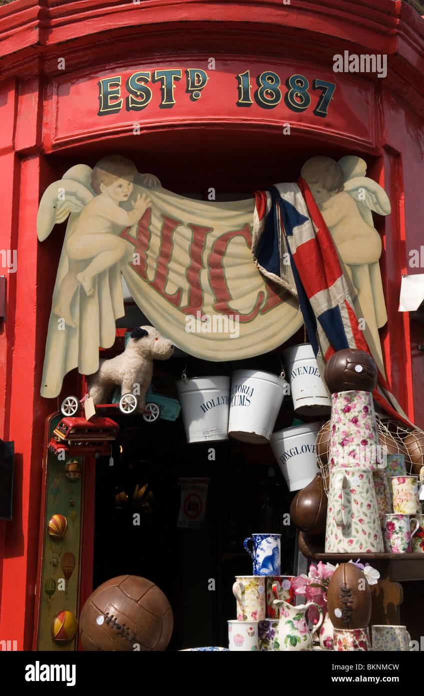 La tienda de antigüedades de Alice, Portobello Road Market Notting Hill en el oeste de Londres Inglaterra Foto de stock