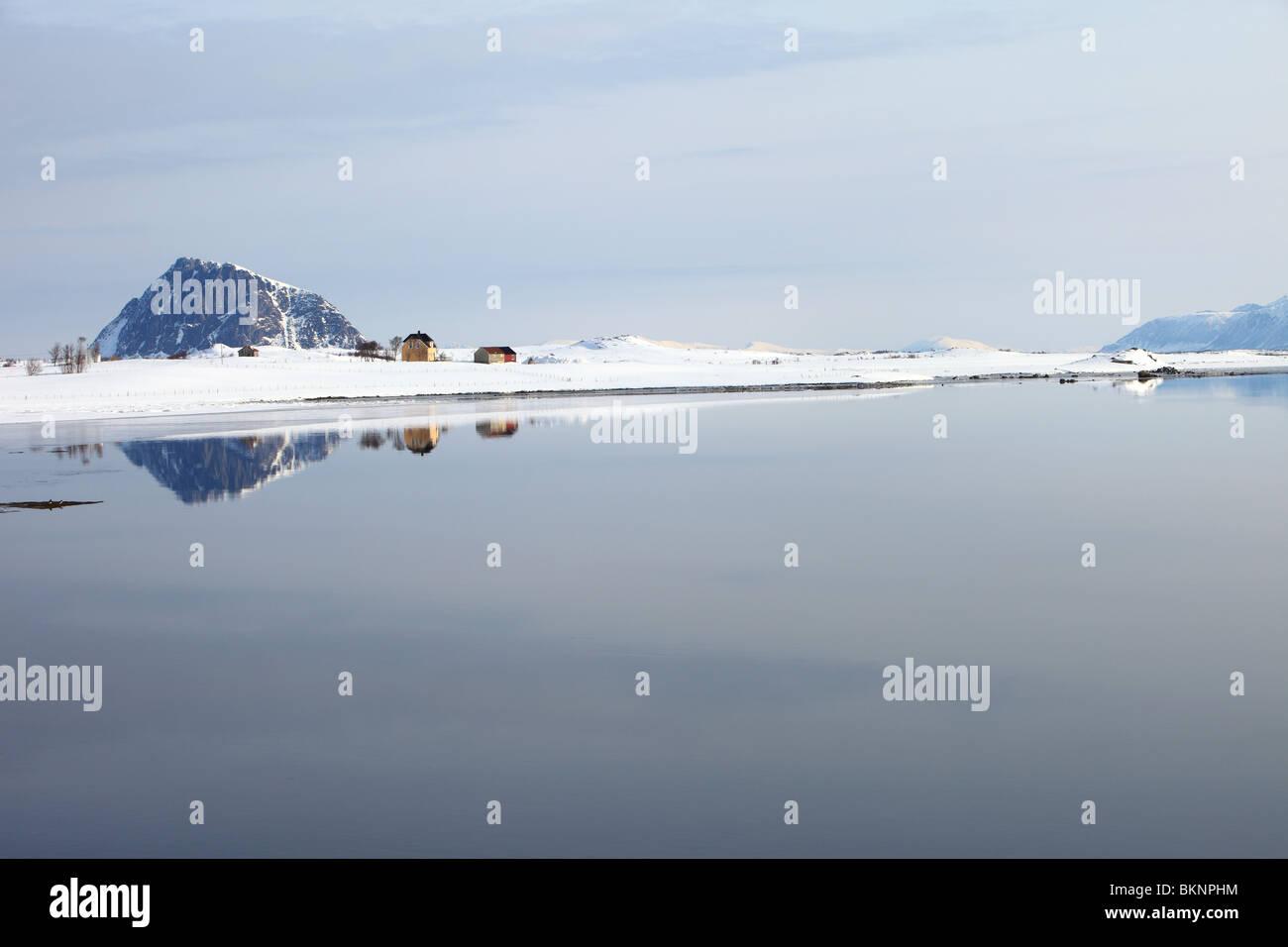 Vistas Steirapollen entrada/lago desde la carretera E10 cerca de Alstad en Vestvågøy, una de las islas Lofoten en Noruega Foto de stock