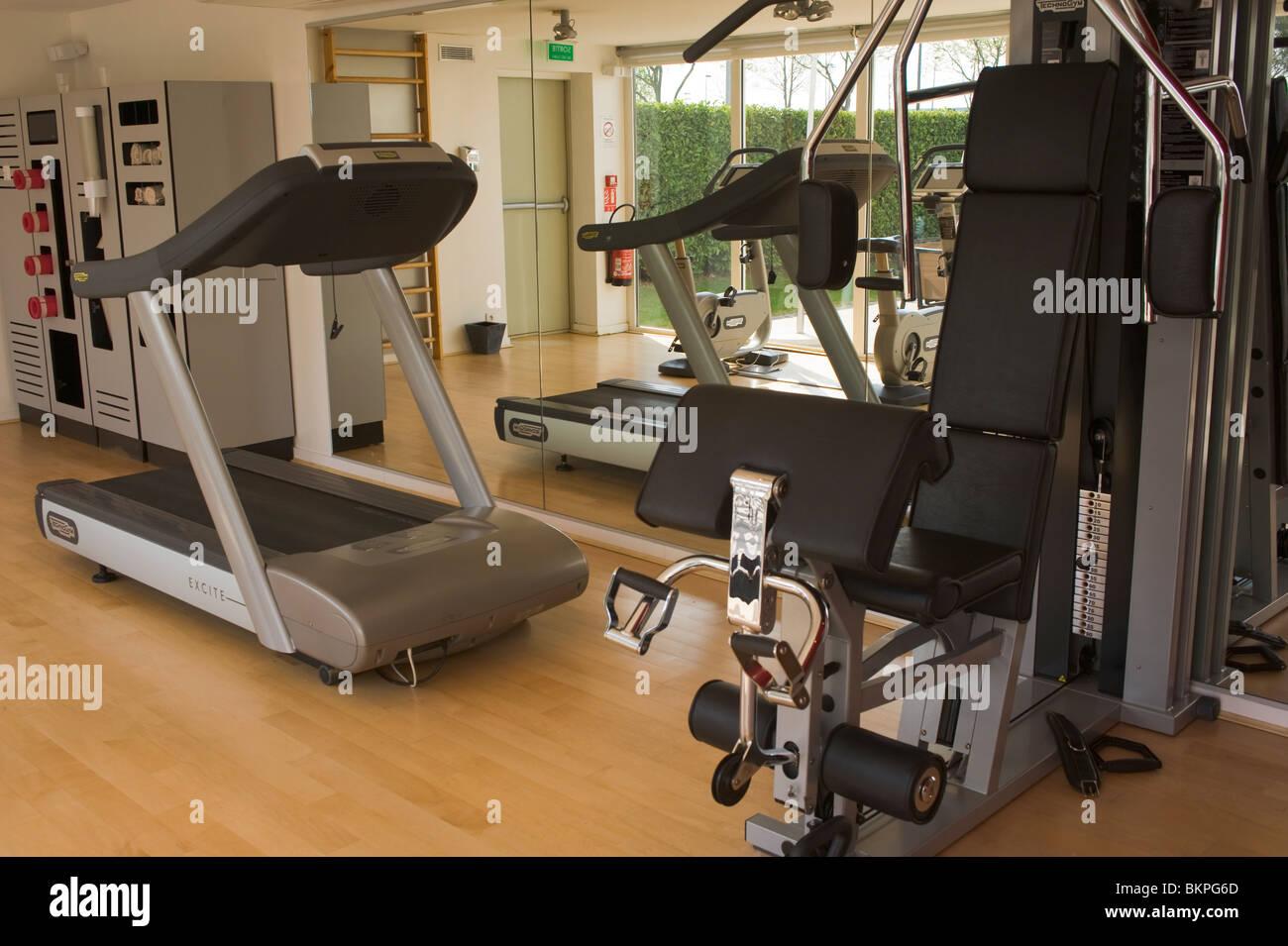 Gimnasio de levantamiento de pesas y equipo para hacer ejercicio en un gimnasio local del hotel en Toulouse Haute Imagen De Stock