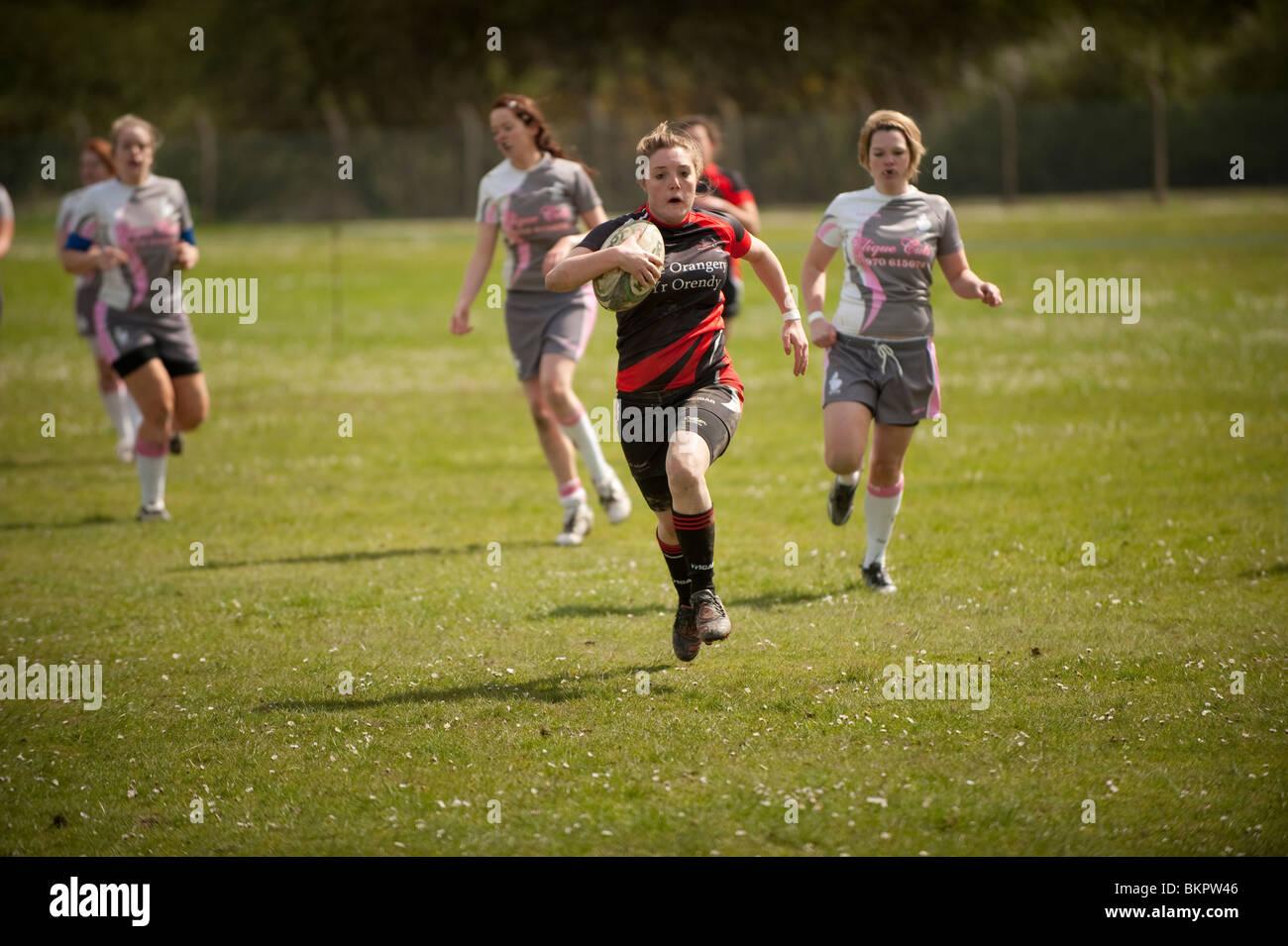 Aberystwyth universidad estudiantes mujeres compitiendo en un torneo de rugby a siete laterales, Gales, Reino Unido Imagen De Stock