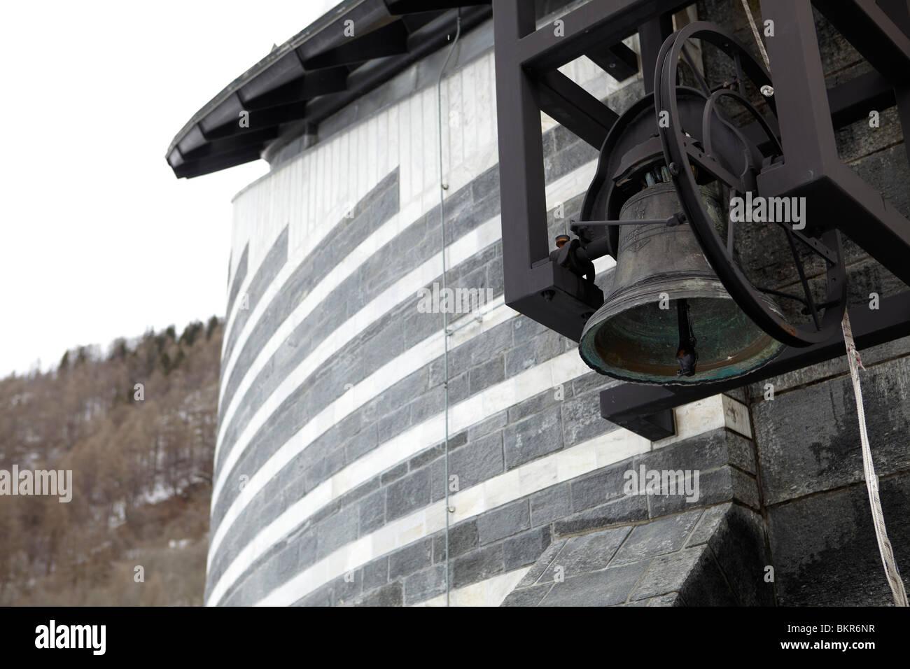 La campana de la iglesia de San Giovanni Battista por Mario Botta en Mogno, Valle Maggia, Suiza Foto de stock