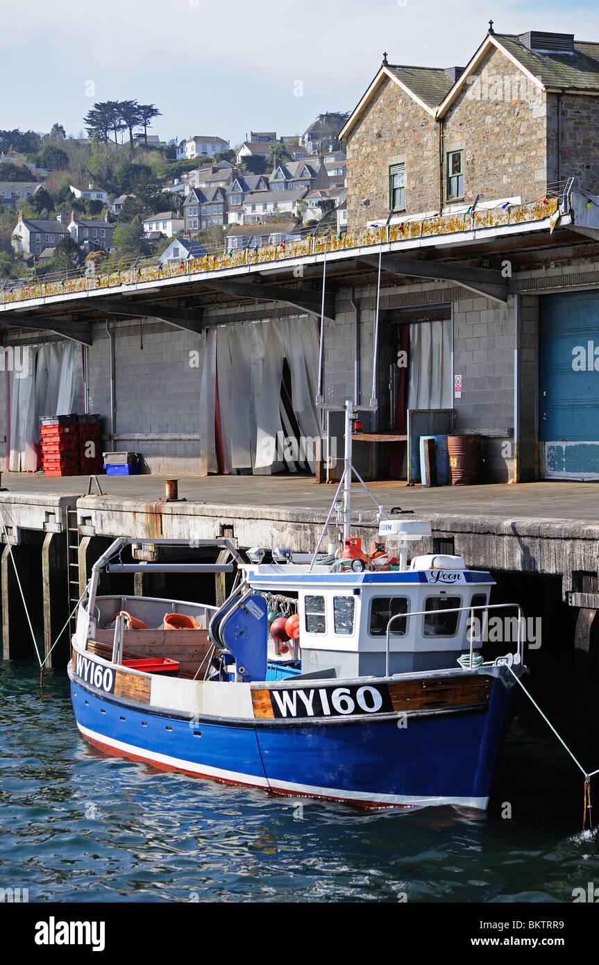 Un arrastrero en puerto en Newlyn Harbour, en Cornualles, Reino Unido Foto de stock