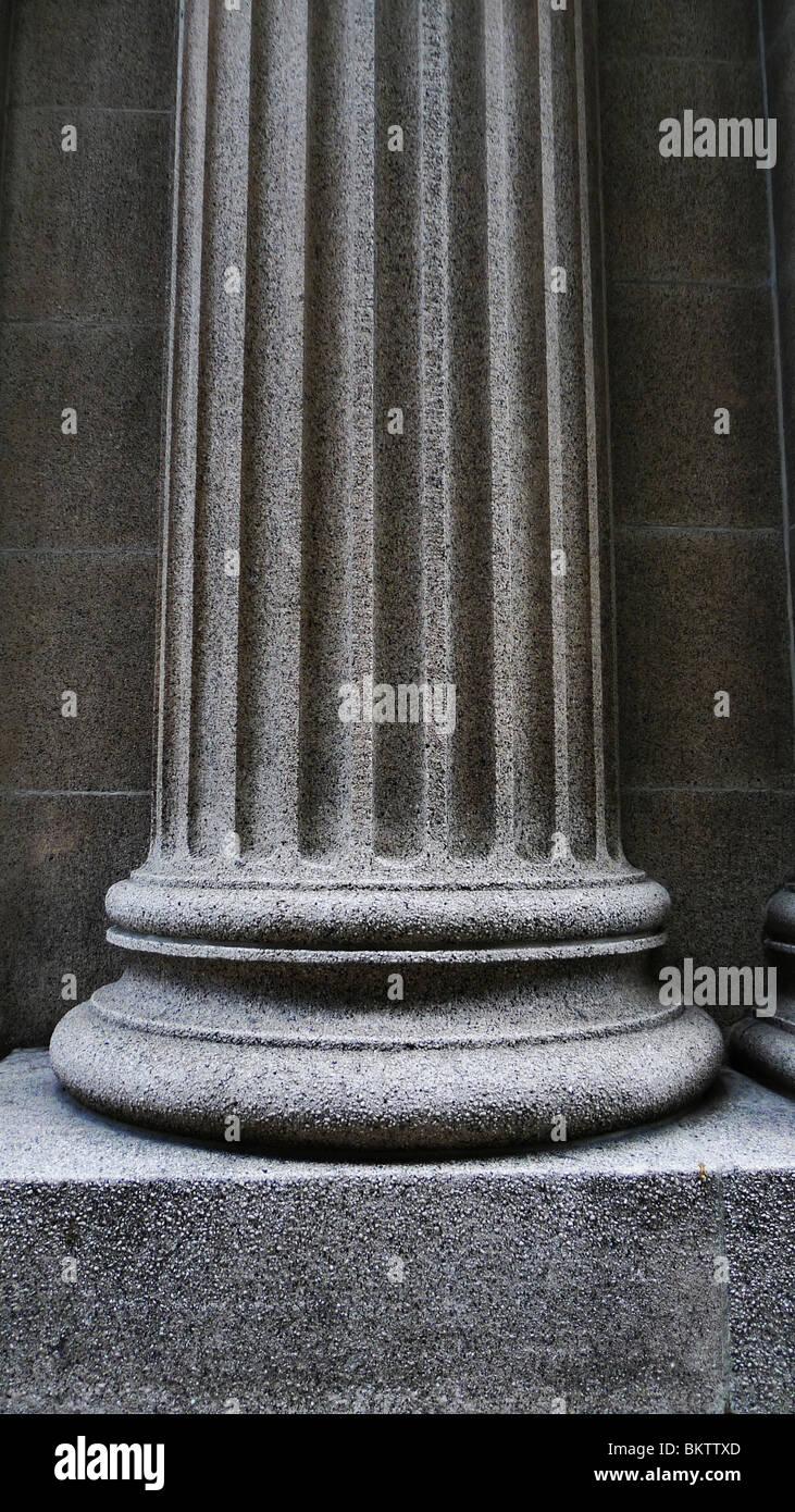 Close-up de una fuerte base de apoyo pilar arquitectónico. Imagen De Stock