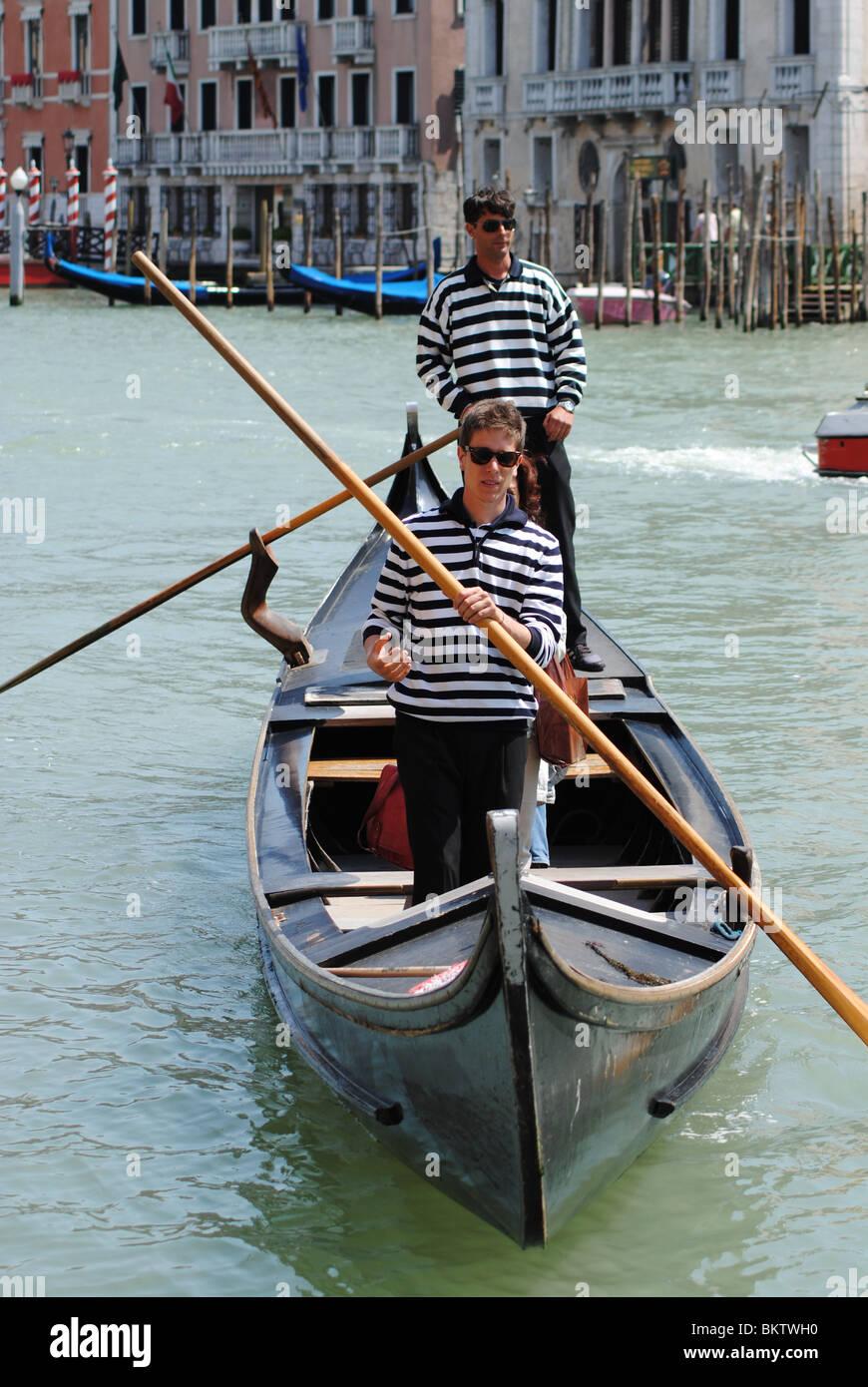 """El operativo """"traghetto gondoleros' (Canal cruzando en góndola) servicio en Venecia, Italia Imagen De Stock"""