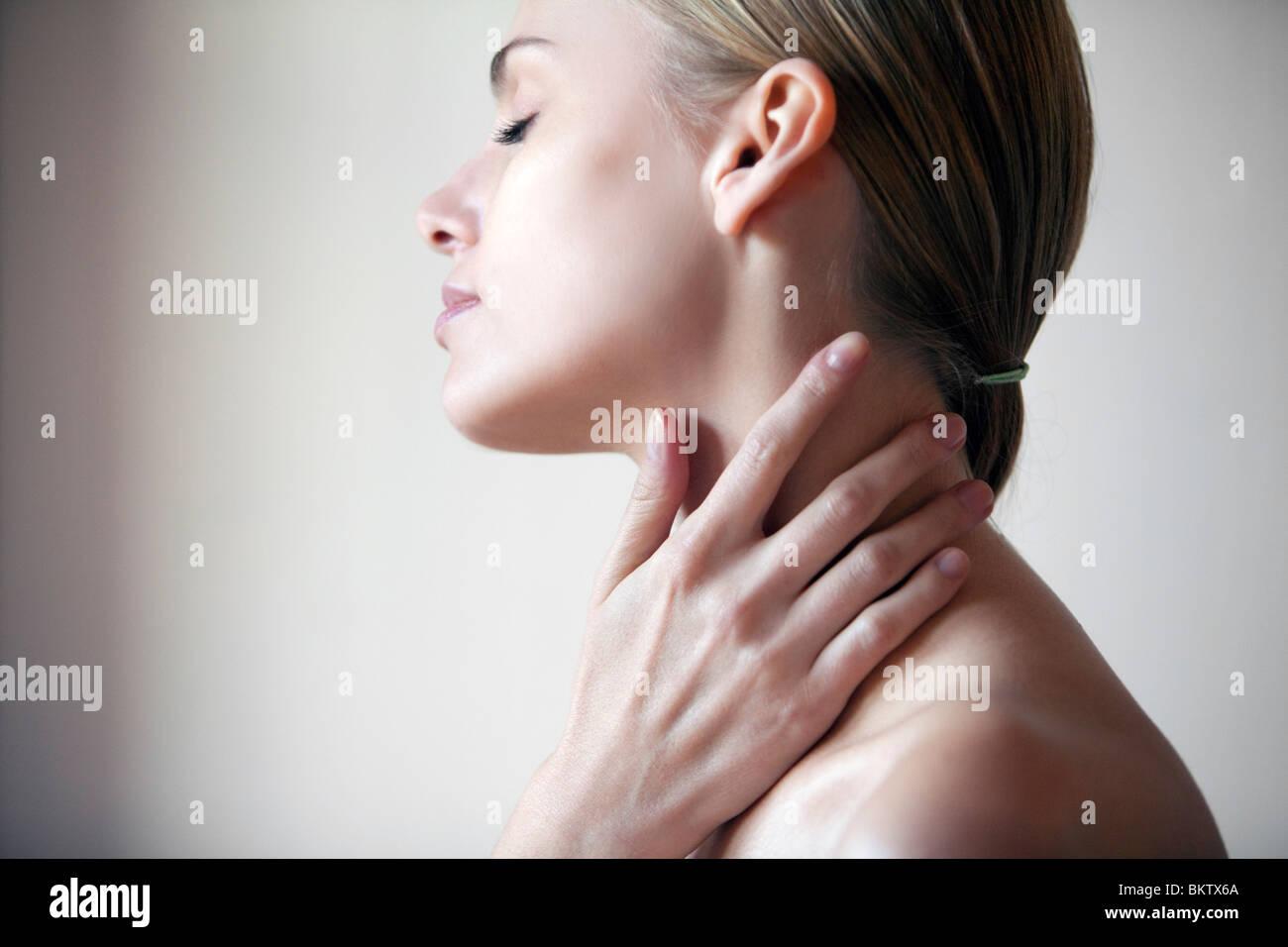 Mujer joven con las manos en la boca,los ojos cerrados Imagen De Stock