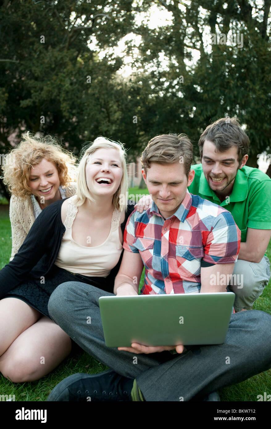Los estudiantes con portátil Foto de stock