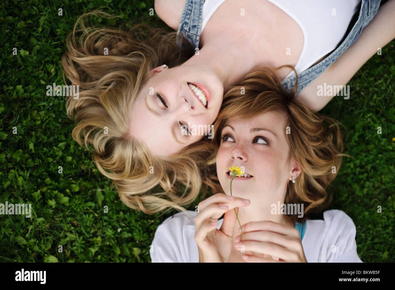 Primer plano de arriba sobre dos niñas Imagen De Stock
