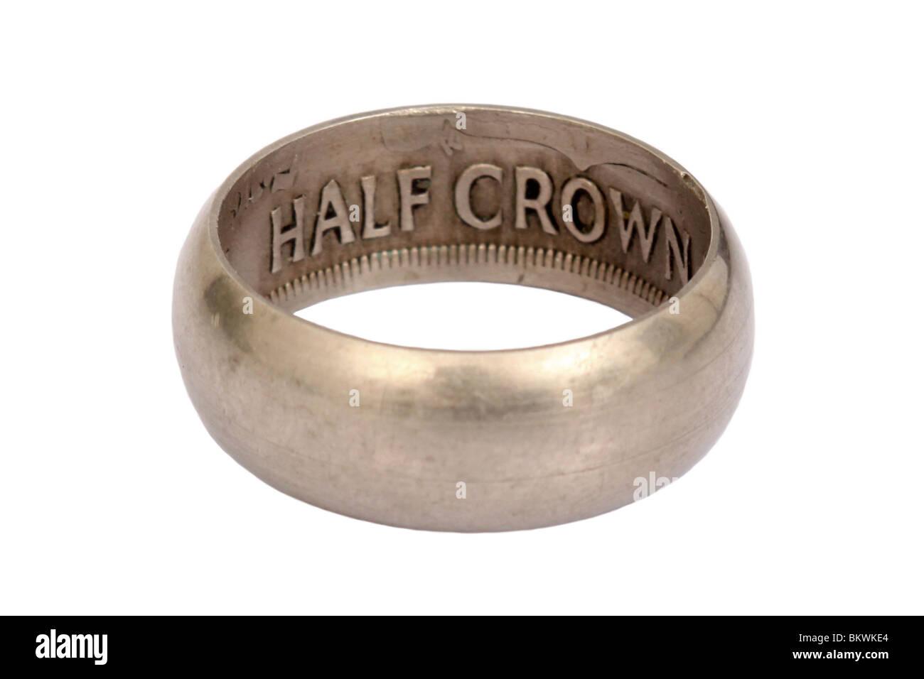 Anillo de plata hombres Vintage fabricado a partir de 1941 la mitad de la Corona Británica coin, aislado sobre Imagen De Stock