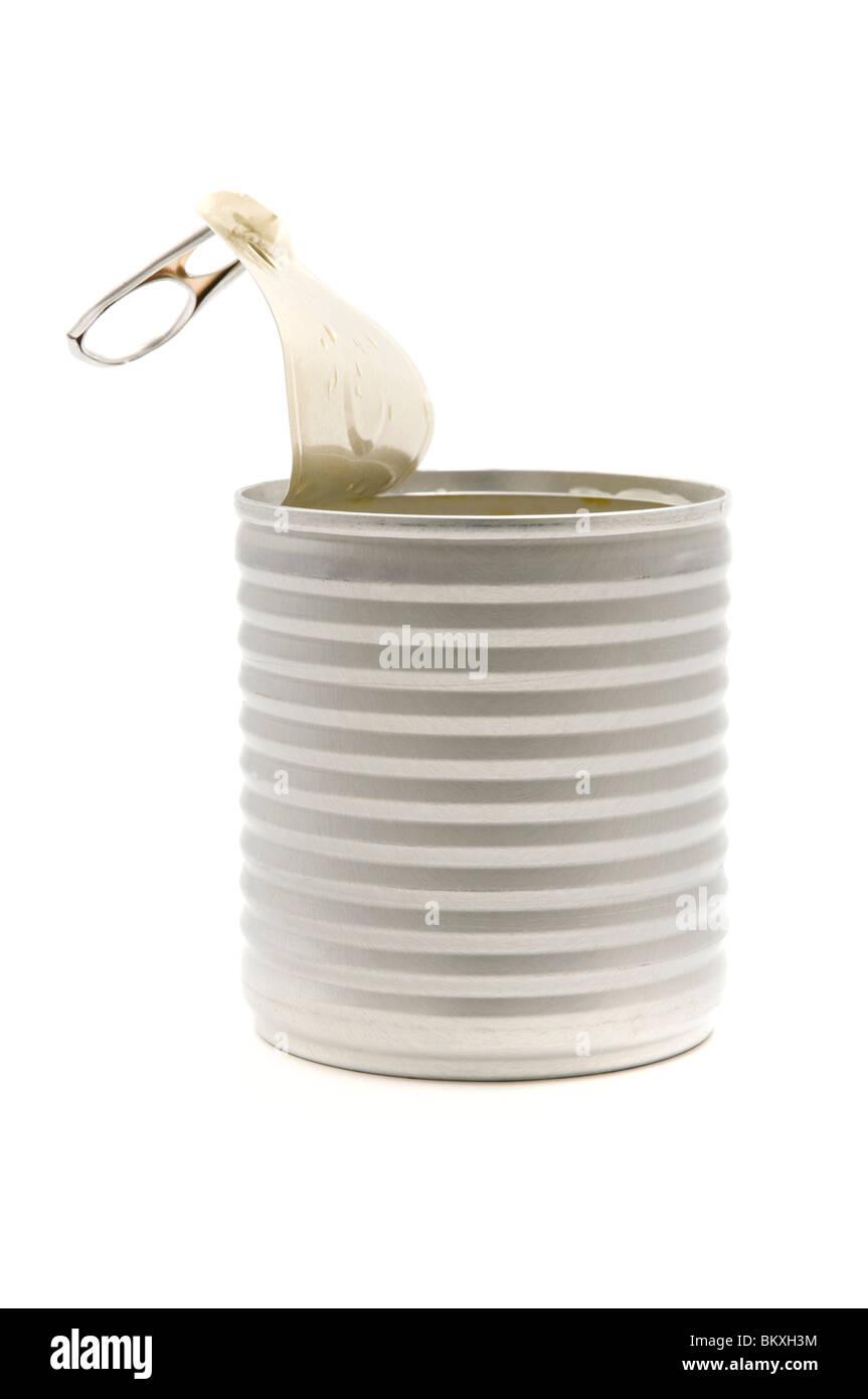 Abrió la lata de estaño sobre un fondo blanco. Foto de stock