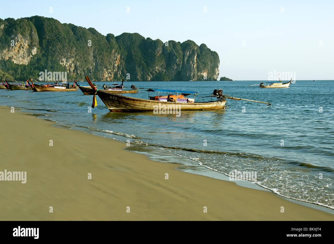 Barco sobre la playa de Krabi en Tailandia ; el Sudeste Asiático Foto de stock