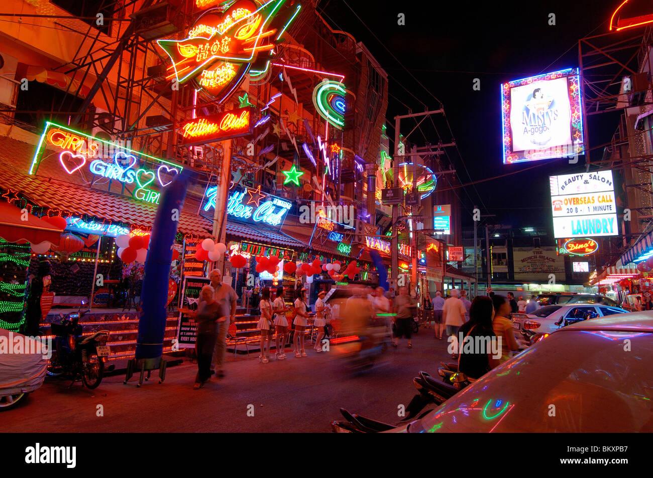 La vida nocturna de Pattaya Street ; Pattaya Tailandia ; el Sudeste Asiático Foto de stock