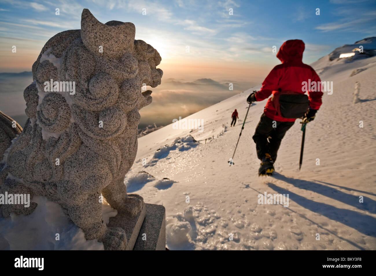 Dos alpinistas están comenzando un descenso desde la cumbre del Monte Fuji de RIM, Honshu, Japón. Foto de stock