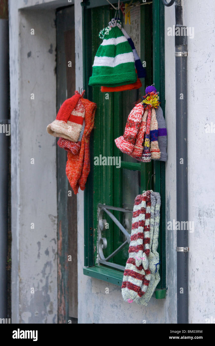 Sombreros de lana tejida a mano y calcetines a la venta fuera de una casa  privada 7680bfd206a