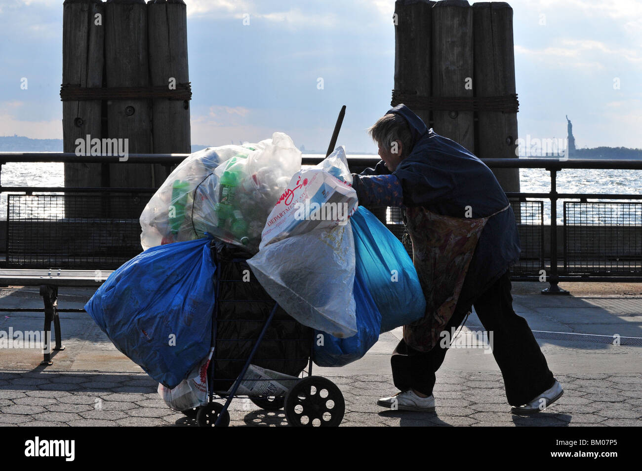 La pobreza sin hogar de la Estatua de la libertad N.Y Battery Park Manhattan, Nueva York, EE.UU. Imagen De Stock