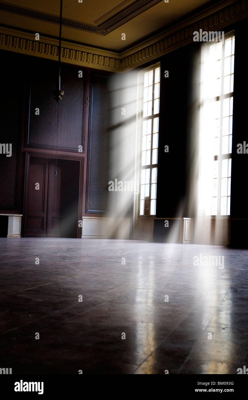 Gran habitación vacía en antiguos cuarteles Imagen De Stock