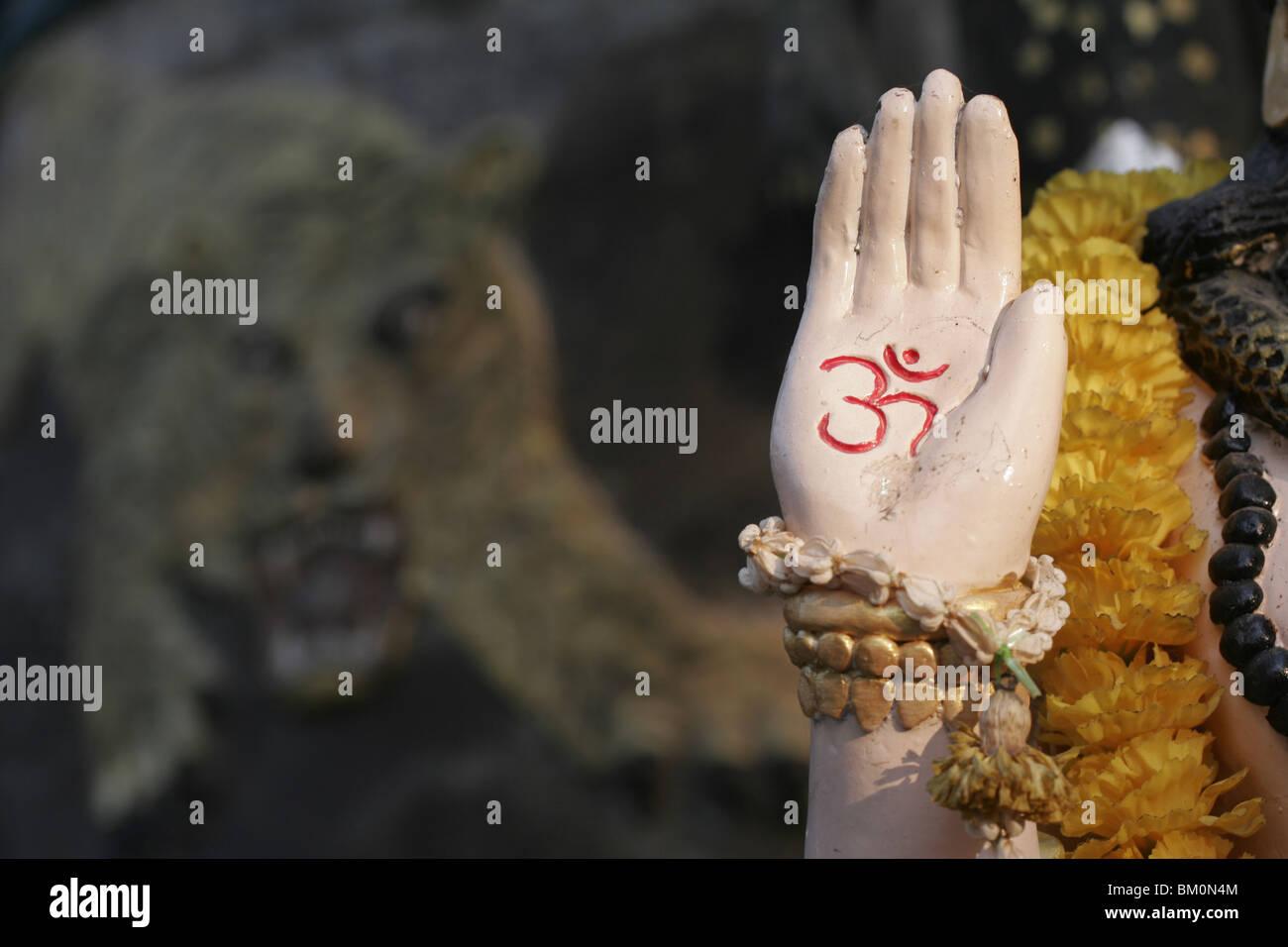 Shiva la mano por delante de Tiger en Wat Bang Phra, un templo budista en Tailandia, donde los monjes devotos de Imagen De Stock