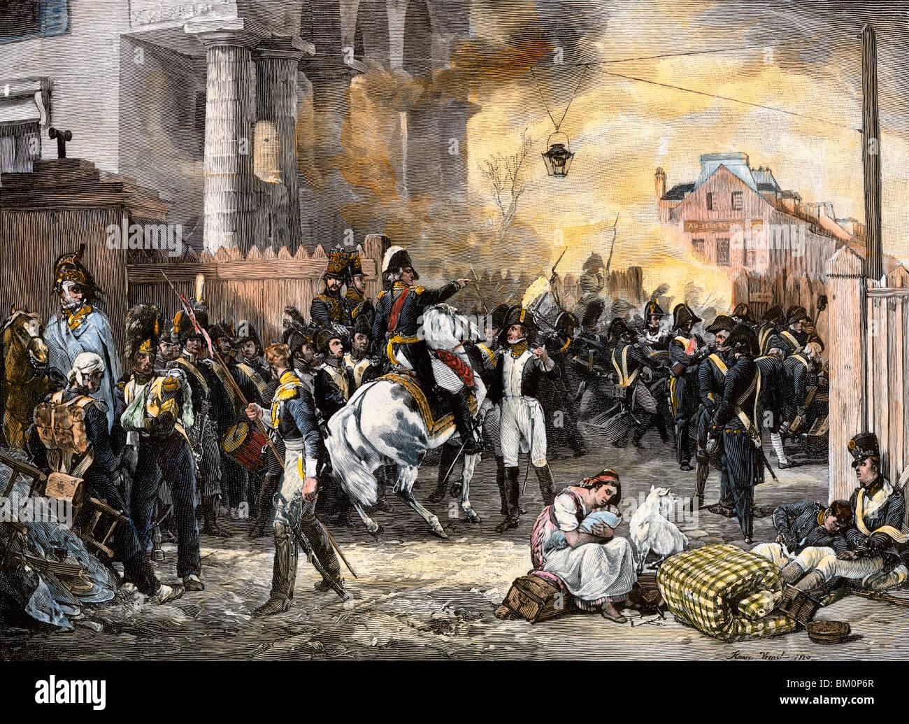 Las fuerzas de Napoleón combates detrás de barricadas para defender París,1814. Xilografía coloreada a mano Foto de stock