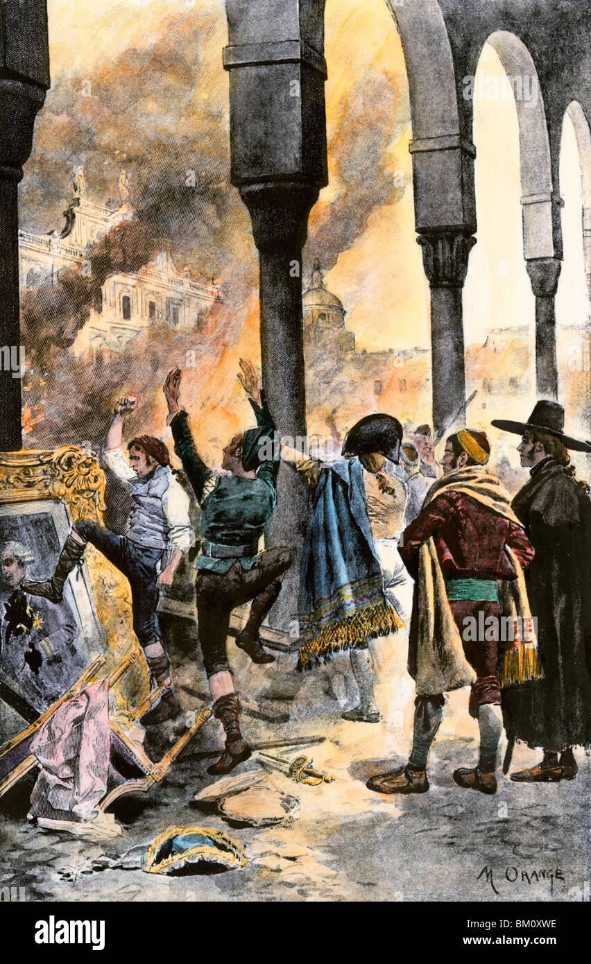 El populacho de Madrid quema la residencia del Primer Ministro Godoy, después de la derrota de España en Trafalgar en las guerras napoleónicas. Xilografía coloreada a mano Foto de stock