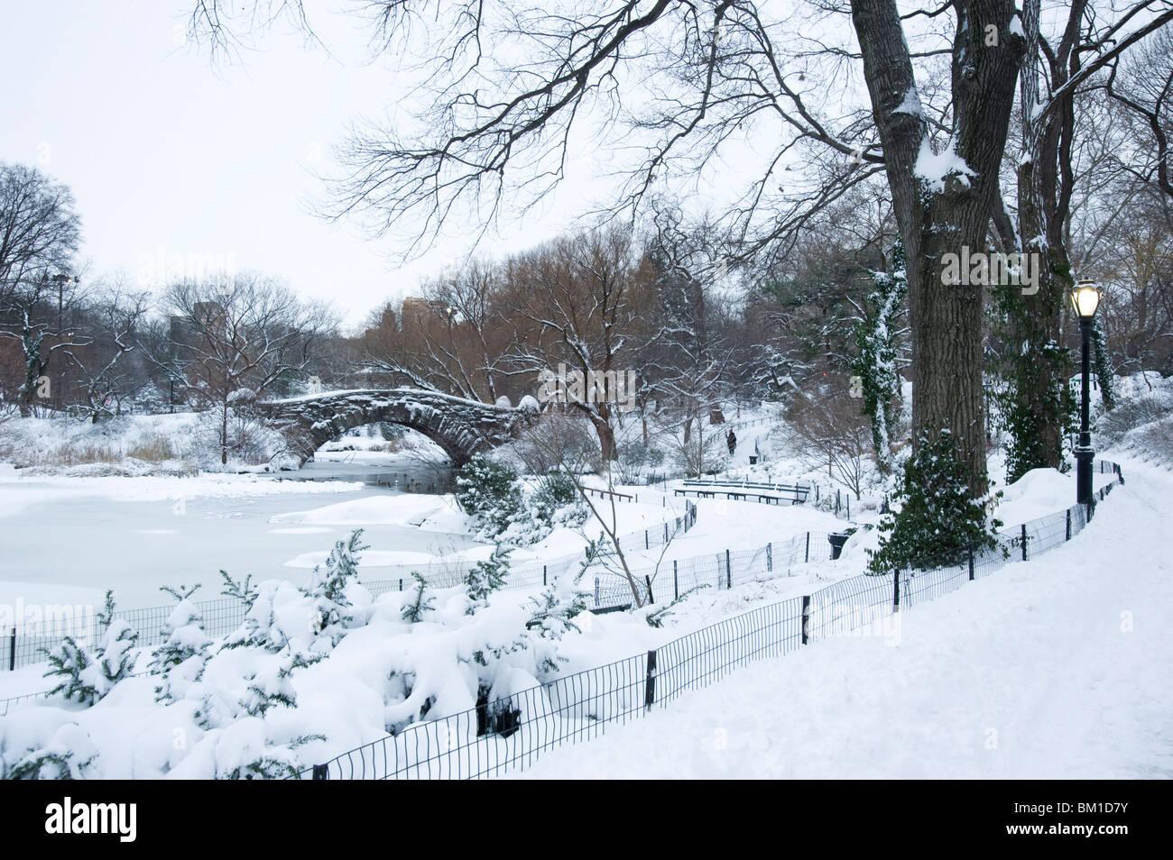 Una mañana temprana vista del Gapstow Bridge después de una caída de nieve en Central Park, la ciudad de Nueva York, Foto de stock