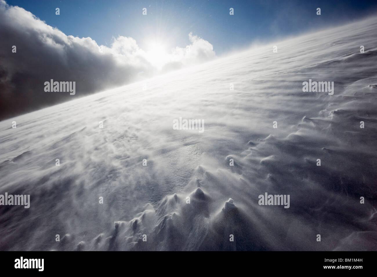 El viento que sopla sobre el Monte Fuji cubierto de nieve, Prefectura de Shizuoka, Japón, Asia Imagen De Stock