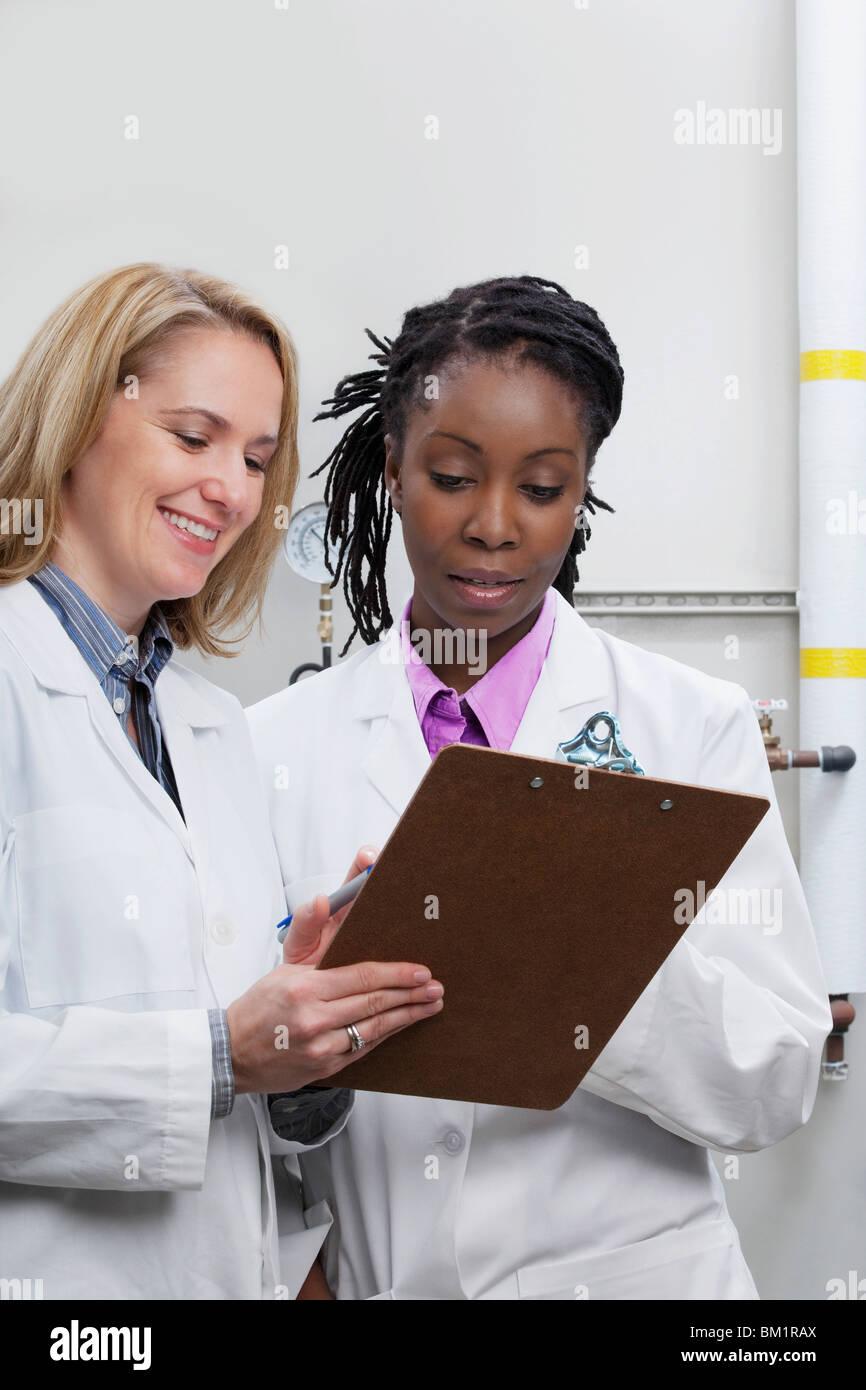 Mujeres médicos que trabajan en un laboratorio Imagen De Stock