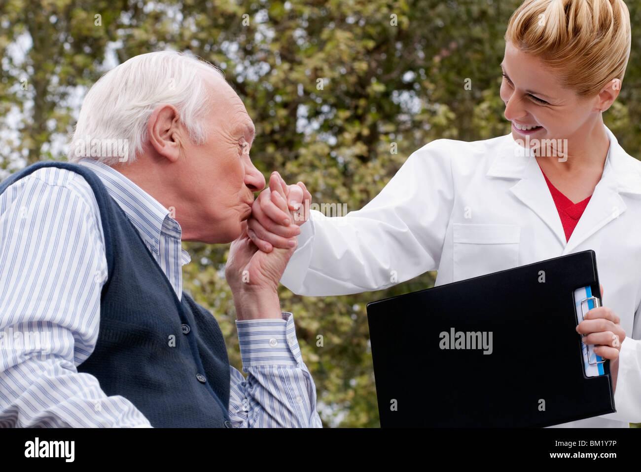 El hombre besa la mano de un médico Imagen De Stock