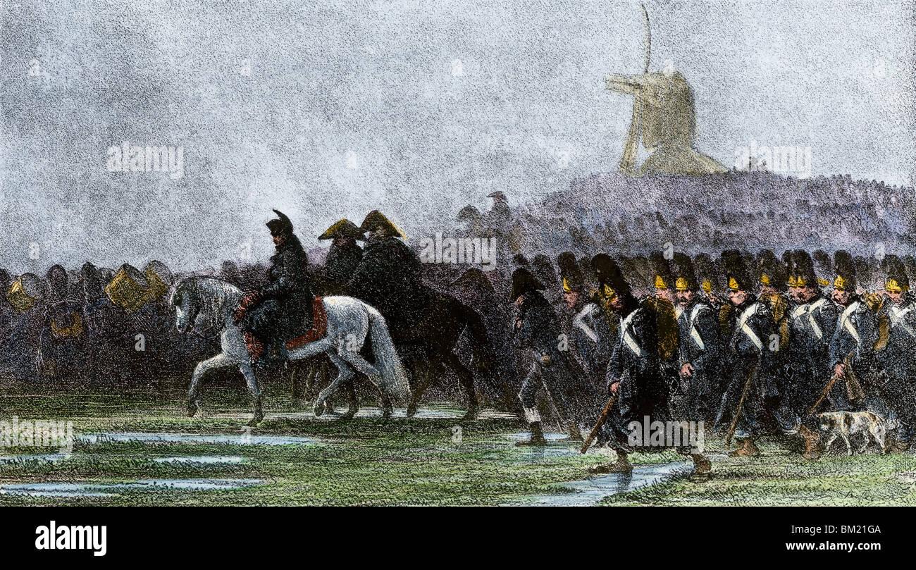 El ejército francés marchando a través de Polonia en la lluvia, las guerras napoleónicas. Xilografía coloreada a mano Foto de stock