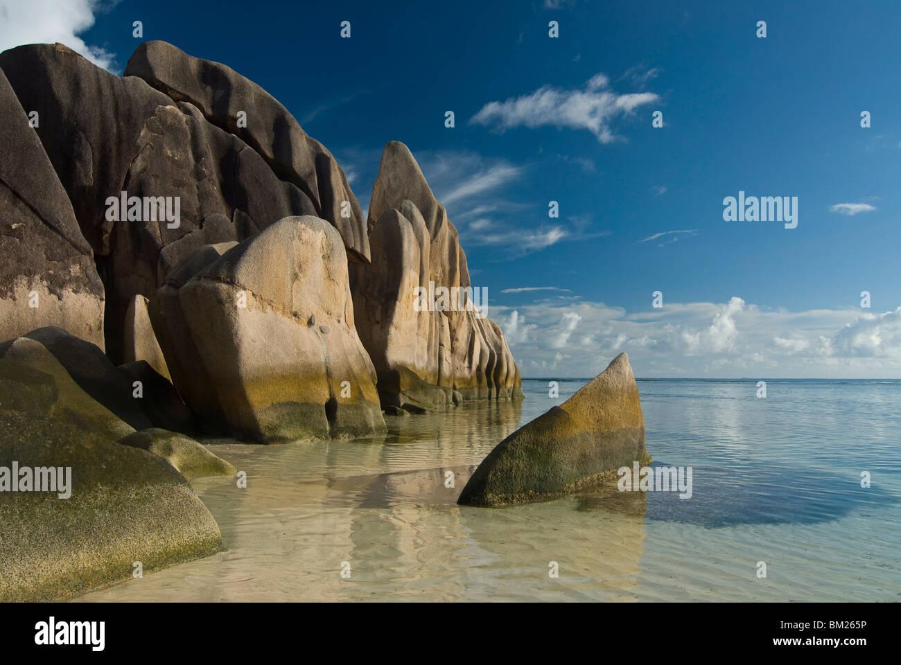 Extraordinarias formaciones rocosas en el litoral de La Digue, Source d'Argent, Seychelles, el Océano Índico, Imagen De Stock